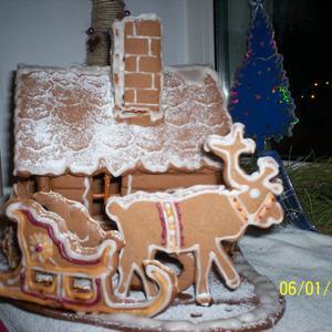 Пряничный домик, а в санях - подарки