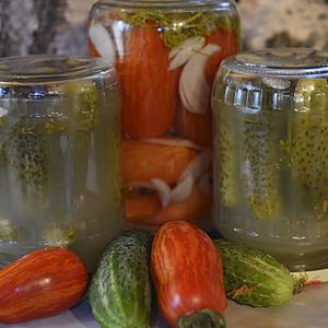 Готовые огурчики зимой в салат крошу, для этого в июле я в банках их солю…