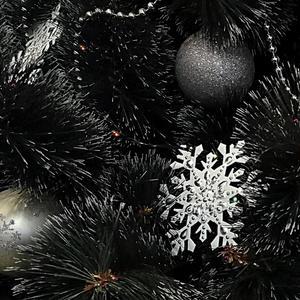 Снежинки на ёлочке радуют меня. Я их на нашу ёлочку вешаю всегда...