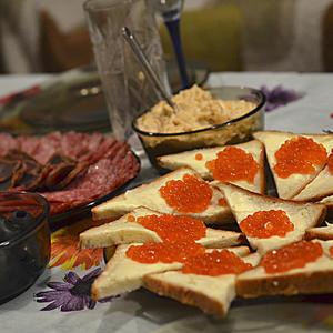 Скоро, скоро Новый год, нас бутерброд с икоркой ждет!