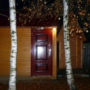 Идея: вечернее освещение загорается автоматически за несколько метров до подхода к хозяйственным сооружениям благодаря датчику движения, расположенному над дверью...