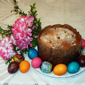Яйца крашеные всюду, и кулич стоит на блюде... Это Пасха...