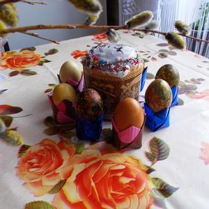 Расписные куличи, крашеные яйца. А за праздничным столом гости собираются