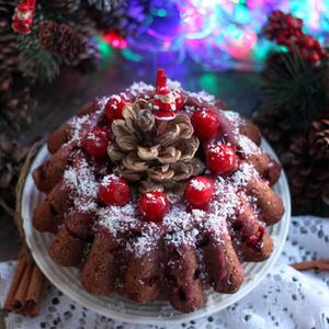 Клафути с вишней в новогоднем декоре особенно хорош