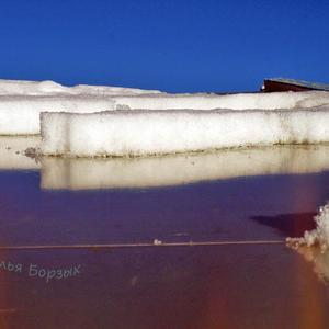 Снег сползает с плёночной теплицы