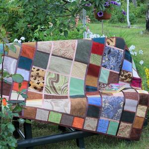 А этот коврик сшила я зимой, чтобы на скамейке помягче сидеть или бросить на траву, чтобы детворе поваляться!