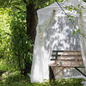 Уголок отдыха в старом саду