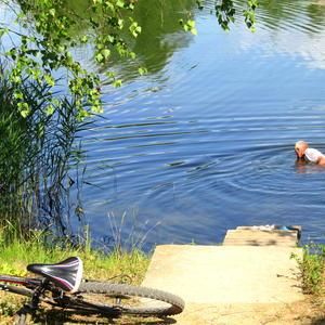 Велосипед отдыхает, пока хозяин ловит раков)