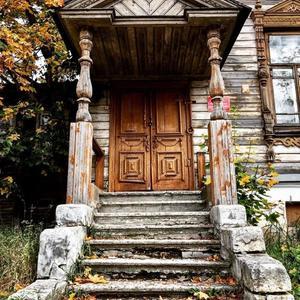 Стильная дверь времён рококо