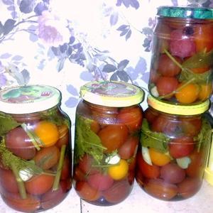 Храните помидоры-ассорти в маринаде!