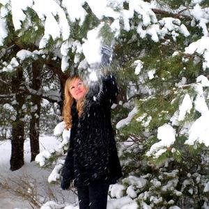 Любимое развлечение зимой - стряхивать с веток снежок...