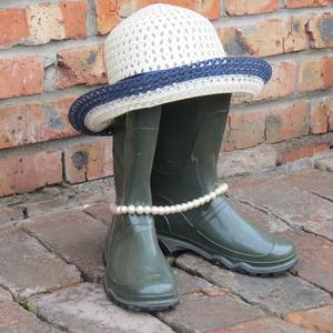 Взбодрим сапожки бусами и шляпкой