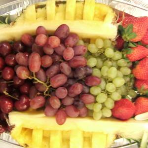 Фрукты-ягоды на новогоднем столе)