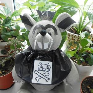 Мышь страшная - для кота домашнего ужасная (любителя пожевать листочки))))