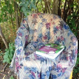 Я на стульчике сидела, книжку умную смотрела))))