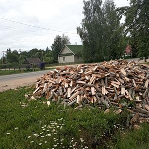 Вдоль трассы кто-то здесь сложил дрова... нуждающиеся проезжают - по полешку забирают))))