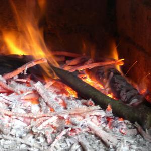 Костер зажжешь иль печь затопишь - и не замерзнешь никогда!