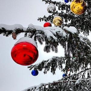 Шары и снег на новогодней ёлке