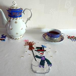 Снеговичка я вышивала, на чай горячий приглашала