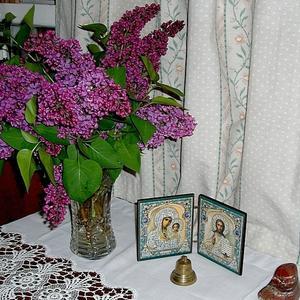 Ветки сирени в вазе хрустальной