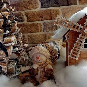 Ждёт гостей снеговичок, ёлку сам украсил
