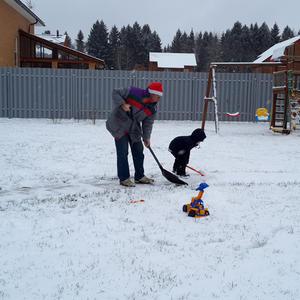 На уборке снега дед, внук и экскаватор