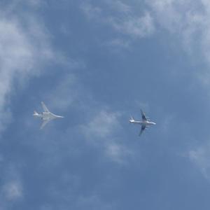 Истребитель и дозаправщик в воздухе. Летят с парада над нашей дачей