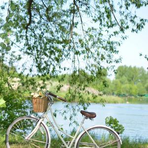 Велосипед на прогулке у озера