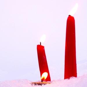 Сгорая, плачут свечи...