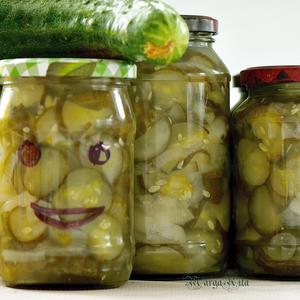 """Салат на зиму """"Огурцы с луком"""""""