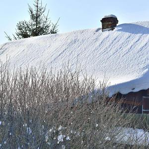 Опустилась на крыши зима, замесила свою круговерть
