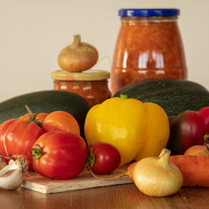 Заготавливаю заготовки: кабачок, лук, две морковки, перец, чесночок, томат. Будет на зиму салат!