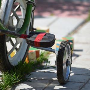 Я уверен, папа может починить велосипед, только жаль - из-за работы вечно папы дома нет...