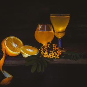 Оранжевым светом горят на столе Египетские апельсины, но я - патриот и пью лишь компот из ягод русской рябины!