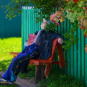 """""""Устала Алла!"""" и я устала, хотя не пела и не плясала. На миг присяду на скамью... Да слышу, внучка, сейчас иду!"""