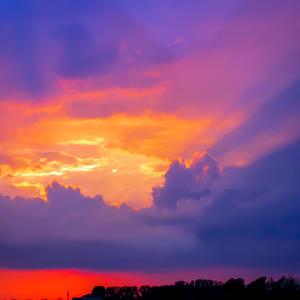 Оранжевый закат, над миром воцаривший, рисует тишину и гасит в небе свет....