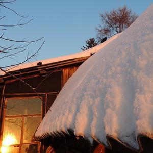 Снег на крыше на закатном солнышке