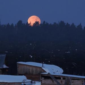 Крыши утром до восхода солнца при уходящей луне