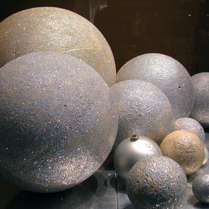 Новогодних шариков... много не бывает