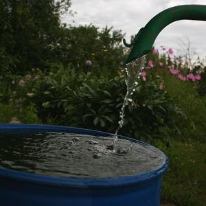 В ручную накачать бочку воды не так просто...
