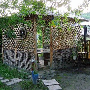 Домик-беседка в саду