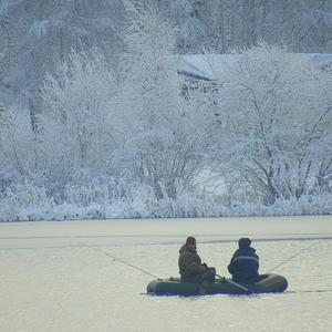 Вот такая зима. Рыбачим на надувной лодке