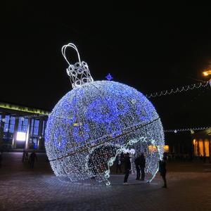 Новогодний уличный декор. Огромная елочная игрушка