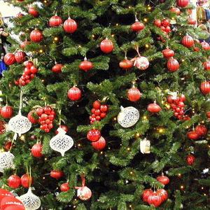 Новогодняя елка с игрушками-фруктами