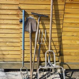 Инструменты всякие нужны, инструменты всякие важны (вилы, лопата, грабли и копалка с рыхлилкой)