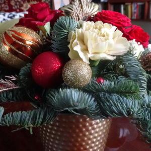 Новогодняя композиция с красными розами и белой гвоздикой