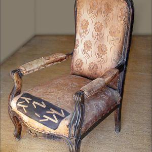 Каминное кресло из массива орех до реставрации