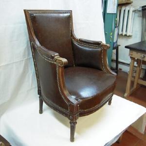 Старинное каминное кресло после реставрации