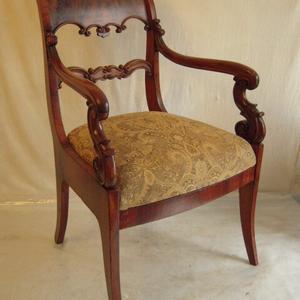 Старинное кресло из массива орех после реставрации