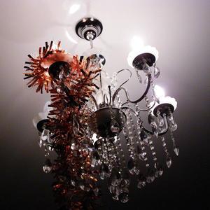Люстра, украшенная новогодней мишурой